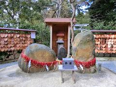 葛原岡神社縁結び石