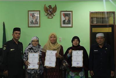 Peny. Syariah Serahkan Surat Izin Operasional Majelis Ta'lim