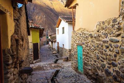 Desde Urubamba parten además otras dos excursiones que deberíamos realizar si estamos visitando el Valle Sagrado: Moray y las Salineras de Maras.