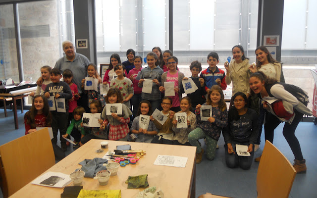 participantes en el taller de estampación de la biblioteca de Illescas. IMAGEN COMUNICAION ILLESCAS