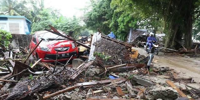 Puing-puing sisa tsunami di Banten.