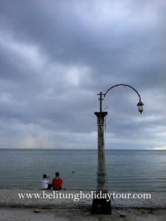 Pantai Tanjung Pendam terletak di pusat kota Tanjung Pandan Kabupaten Belitung