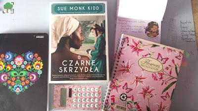 zdjęcie biurka, książka, bujo, bullet journal, kalkulator, zezyt od chemii, folk, róż, kwiaty