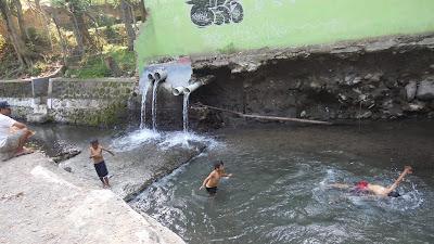 anak berenang telanjang
