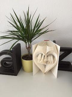 https://de.dawanda.com/product/114490103-gefaltetes-buch-herz-mit-name-nach-wunsch