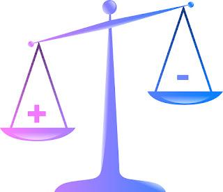 Balanza en tonos azul y violeta con símbolos positivo y negativo donde el positivo se muestra más bajo
