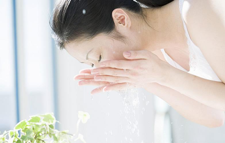 早上到底要不要洗臉呢?皮膚科醫生的答案,讓美人們不能偷懶啦!