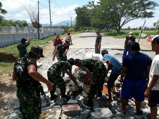 Satgas Divif 3 Kostrad Melaksanakan Perbaikan Jalan Pasca Gempa Palu