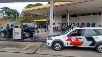 PM  é acionada para Casal que abasteceu veículo e tentou pagar com 'papel sagrado'; vídeo