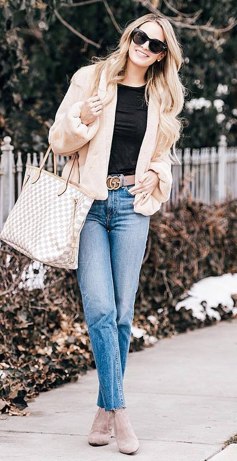 trendy outfit to try right now_nude jacket + plaid bag + black top + jeans + boots