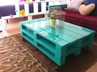 mesa ratona verde agua hecha con pallets de madera
