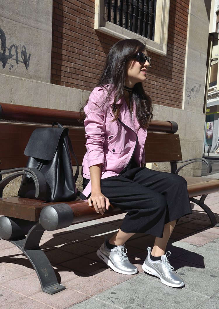 culotte-pants-outfit-look-blauer-jacket-choker-bag-blogger-trends-gallery-nike-sneakers