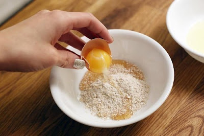 Cách làm trắng da bằng cám gạo và trứng gà
