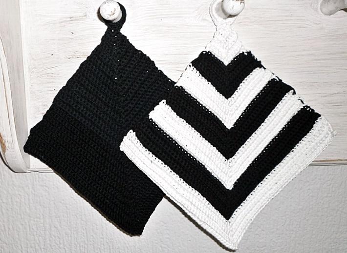 zwei gehäkelte Topflappen schwarz weiß
