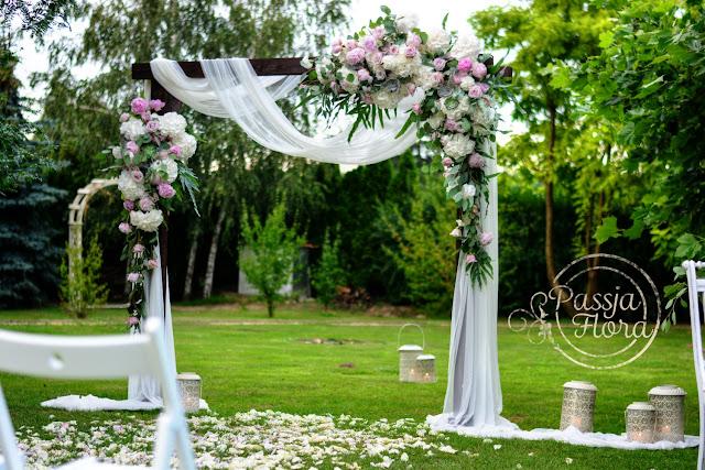 Plenerowy ślub w ogrodzie.