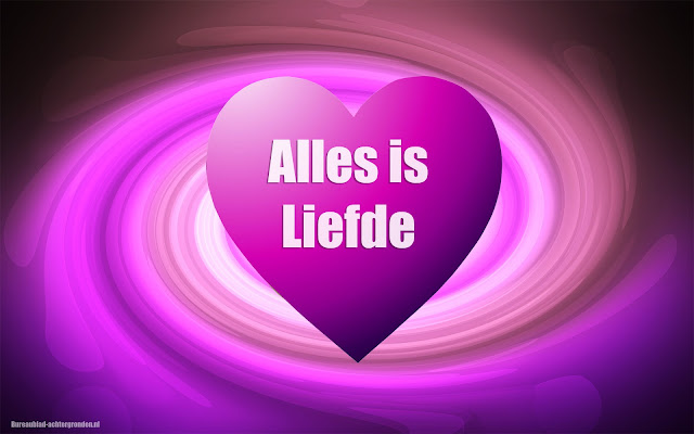 Roze liefdes hartje met de tekst alles is liefde