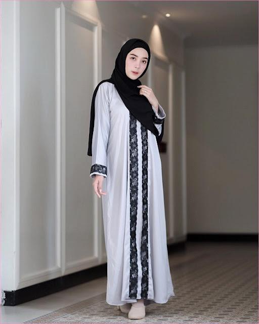 Outfit Baju Gamis Berhijab Ala Selebgram 2018 gamis abaya abu tua muda hijab pashmina rawis hitam high heels wedges loafers and slip ons krem muda ciput rajut trendy terbaru 2018 ootd outfit selebgram cincin gaya casual