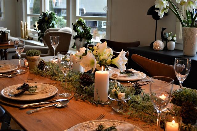 Detaljer fra en hvit borddekking til jul