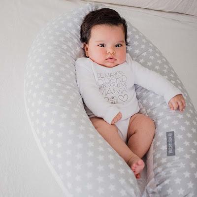 uso cojin nido bebés beneficios cojín lactancia con bebe