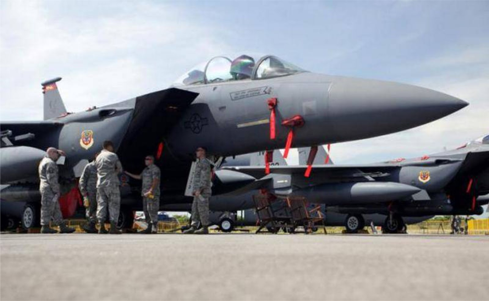 Pesawat F-15 Angkatan Udara AS melakukan pendaratan di Ukraina selama latihan