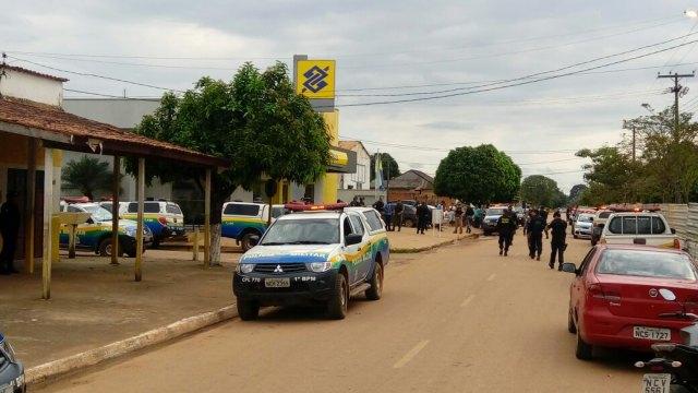 Quadrilha armada com fuzis invade banco em Candeias, funcionário é preso a explosivos