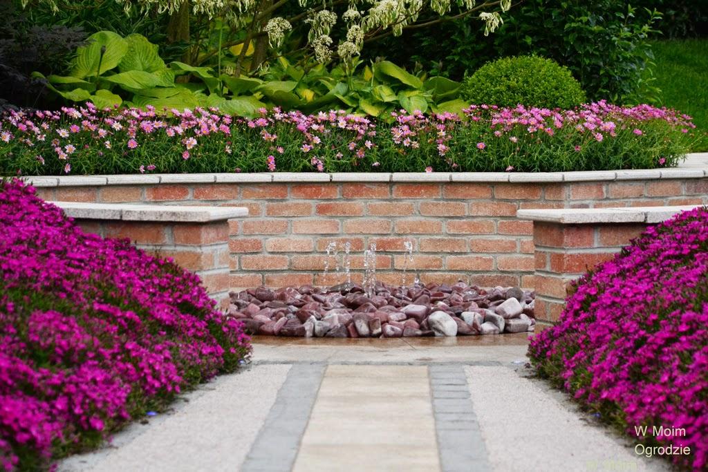 niska fontanna w ogrodzie pokazowym
