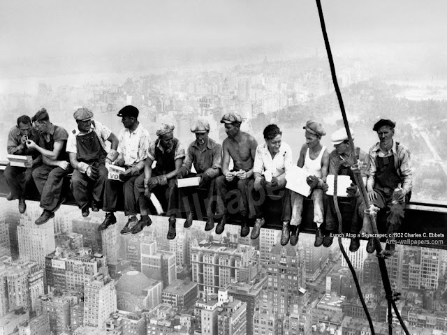 """Men at lunch"" sau ""Lunch atop a Skyscraper,"""