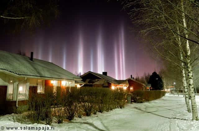 Hiện tượng quang học Light pillar - Cột sáng ở thành phố Uleåborg, nước Phần Lan. Tác giả hình : Thomas Kast.