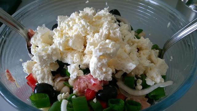 Salade de haricots blancs, jambon, olives et poivrons rouges