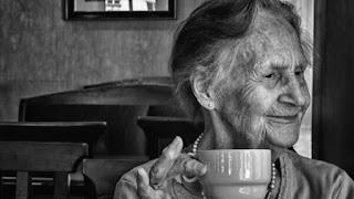 nenek menikmati harumnya kopi