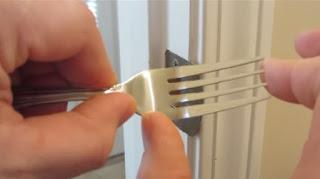Φτιάξτε έναν σύρτη για την πόρτα σας από ένα πιρούνι!