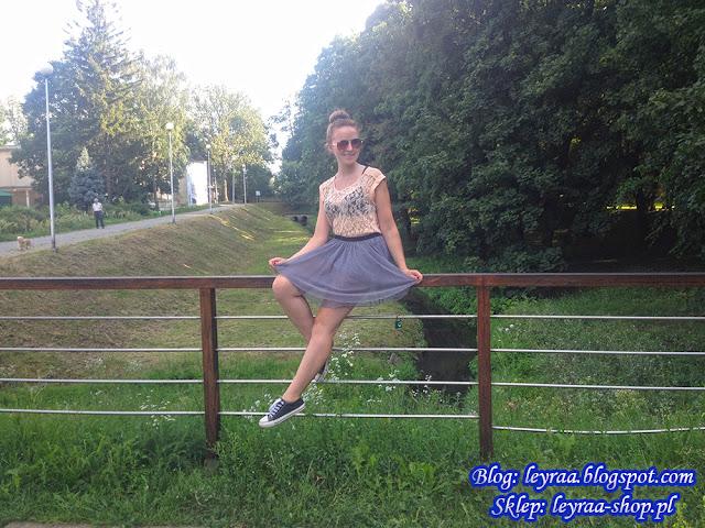 Bluzka pudrowa z koronki, spódnica tiulowa szara, czarne trampki klasyczne, kok z wypełniaczem, Starachowice