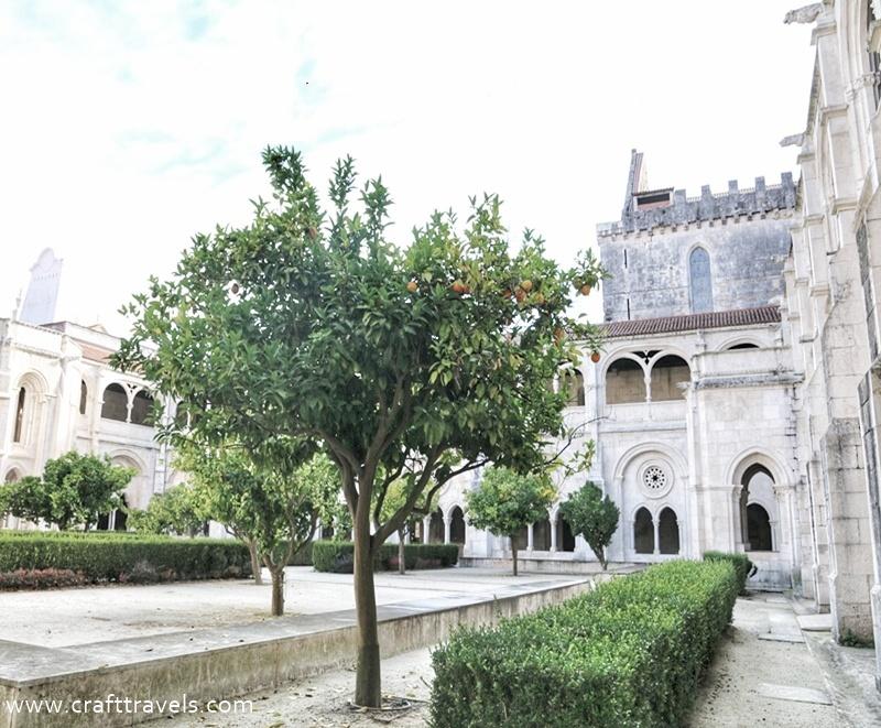 klasztor Alcobaca w Portugalii, Opactwo Cysterów w Alcobaca, miejsce pochówku króla Pedra i Ines de Castro, dziedziniec klasztorny