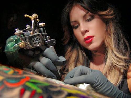 Vemos a Kate Von D tatuando en su estudio de High Voltage tattoo en los Angeles