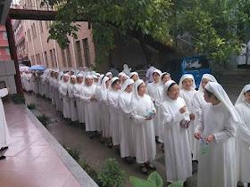 Religiosas na sagração de Mons José Zhang Yinlin, novo bispo coadjutor de Anyang. O bispo foi aprovado pela Santa Sé e o regime tenta composições pouco claras nas regiões de forte presença católica. Malgrado a confusão, o catolicismo não deixa de progredir.