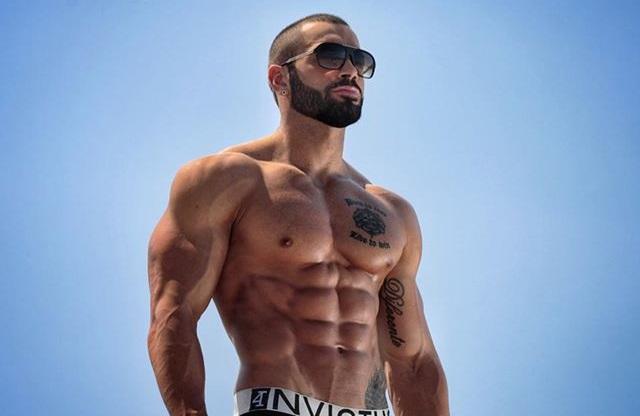 Hombre con abdominales marcados posando