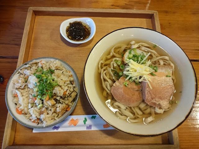 沖縄そばともずく酢とジューシーの写真