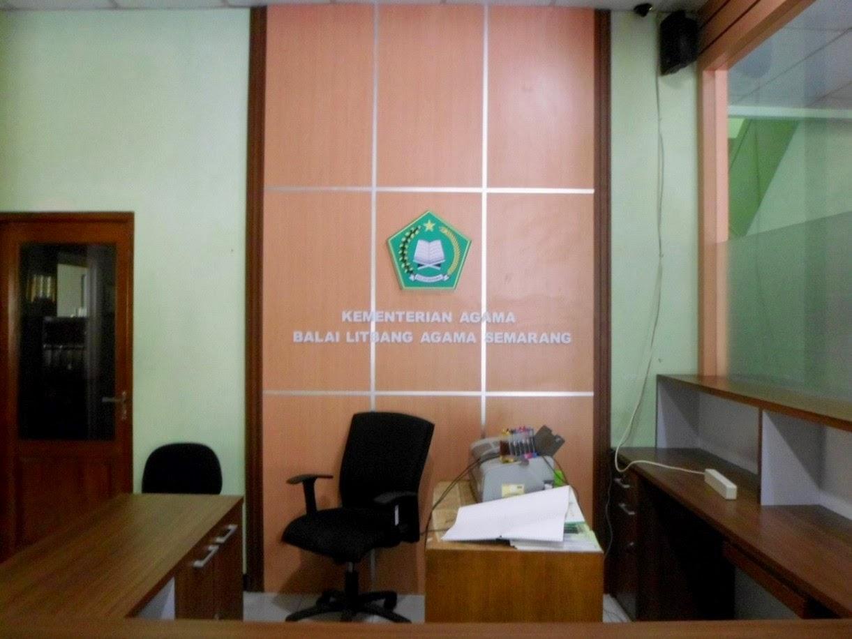 Meja Resepsionis dan Backdrop Panel