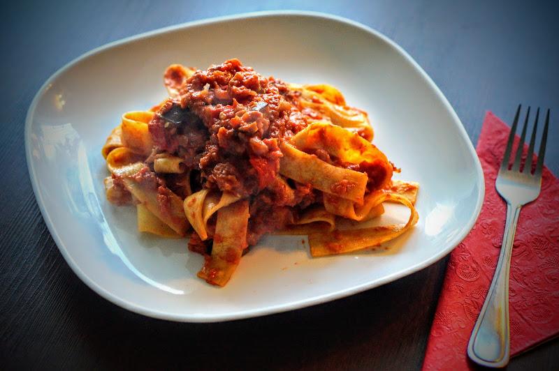 Ajvar - pikantna pasta warzywna z makaronem