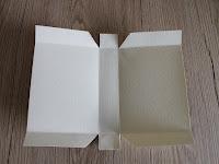 ritaglia i bordi del cartoncino per creare il sacchetto di natale