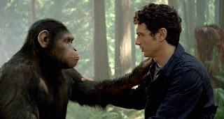 человек и обезьяна глядят друг другу в глаза положив руки на плечи