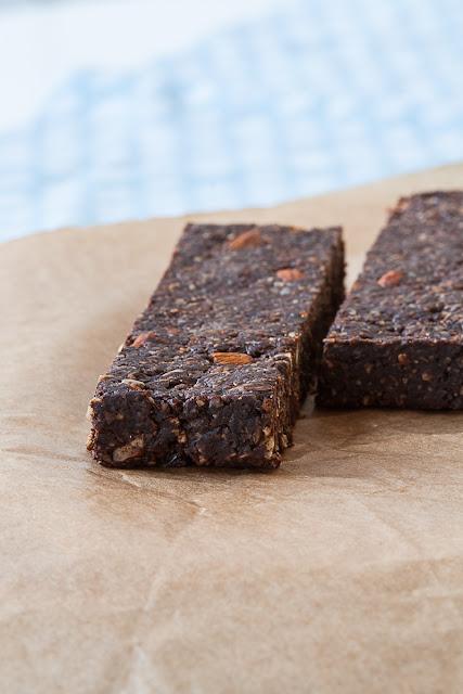 Zdrave čokoladne pločice sa kakao prahom, rogačem i grožđicama