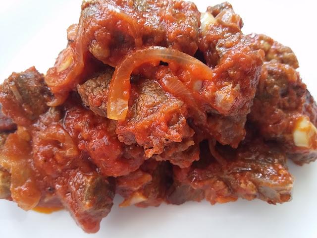 Carne con tomate, cebolla y otras hiervas