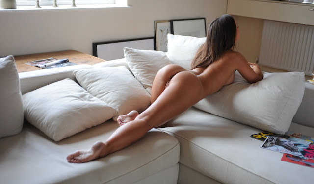 Soumise exhibée à poil chez elle