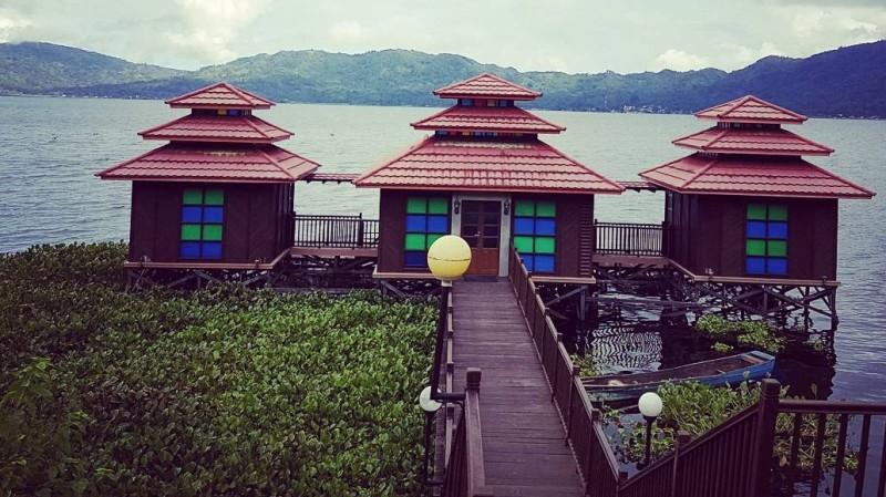 Pemandangan di tepi Danau Tondano