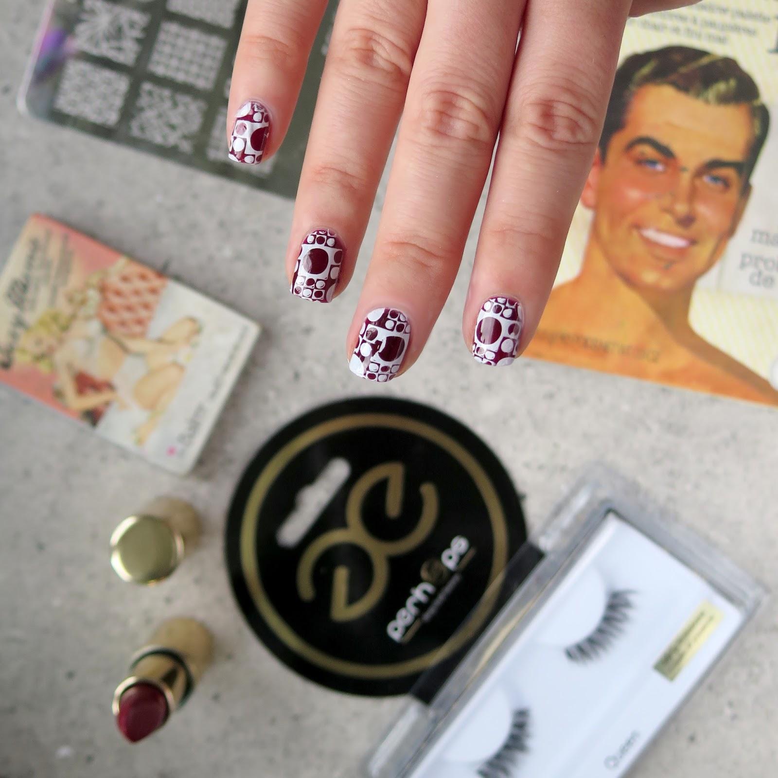 Styl pin up – zdobienia paznokci, fryzura bez lokówki i klasyczny makijaż ze sztucznymi rzęsami