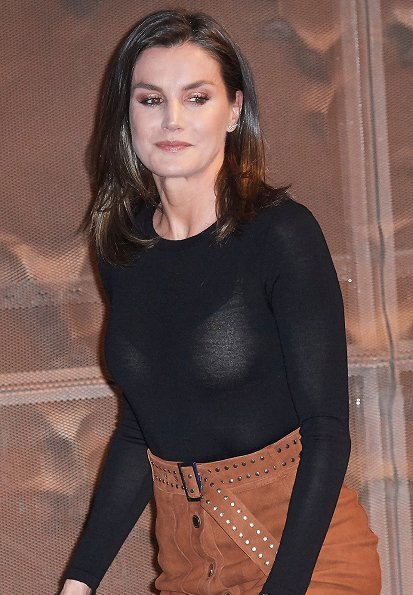Queen letizia wore a new brown studded suede midi skirt by Uterqüe