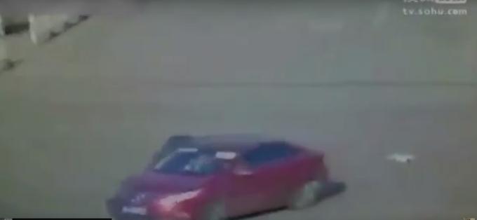 #Video Bebé cae de un vehículo en movimiento
