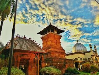 Wisata Sejarah Religi Ke Masjid Menara Kudus