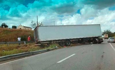 Motorista perde controle e carreta fica atravessada em BR da Paraíba
